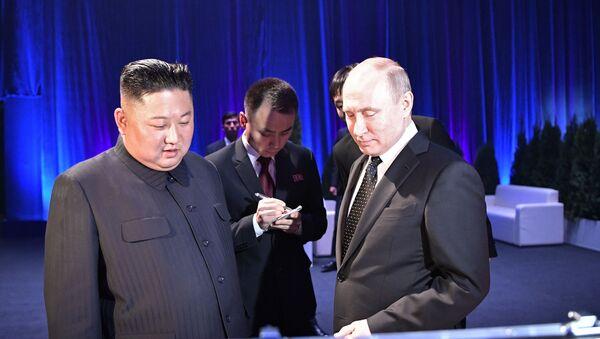 Лидер Северне Кореје Ким Џонг Ун и председник Русије Владимир Путин током самита у Владивостоку - Sputnik Србија