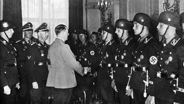 Hitler se rukuje sa mladim članovima elitne nacističke SS jedinice 1937. godine u Berlinu - Sputnik Srbija