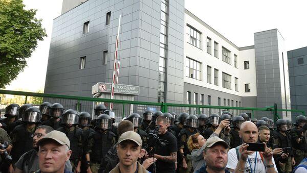 Pripadnici policije tokom protesta ispred televizije Njuzvan protiv telemosta sa ruskim kanalom Rusija 1   - Sputnik Srbija