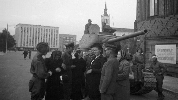 Građani Estonije razgovaraju sa sovjetskim tenkistima koji su oslobodili Talin - Sputnik Srbija