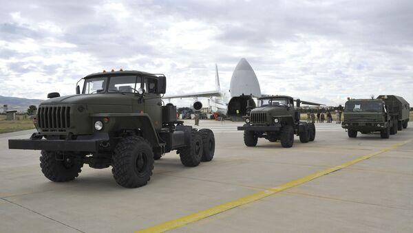 Истоваривање војних возила и опреме, дела противваздушног система С-400, на војном аеродрому Муртед у Турској - Sputnik Србија