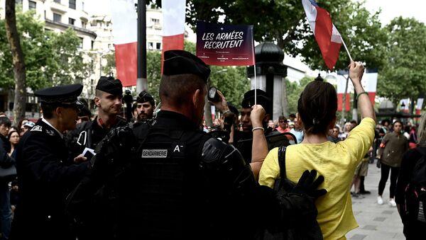 """Припадници жандармерије обезбеђују протест """"жутих прслука"""" у Паризу - Sputnik Србија"""