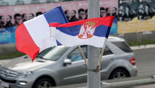Srpska i francuska zastava za doček Emanuela Makrona u Beogradu - Sputnik Srbija