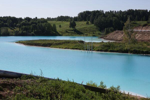 Ово језеро има специфичну боју због калцијума соли и других металних оксида из електране.   - Sputnik Србија