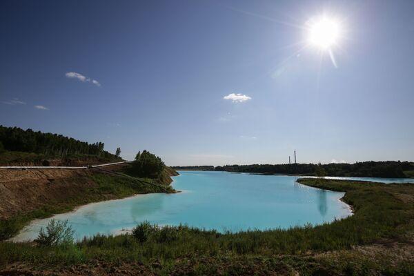 Људи су упркос упозорењу наставили да долазе на језеро и позирају за Инстаграм - од сликања на обали, до лешкарења на једногору на надување. - Sputnik Србија