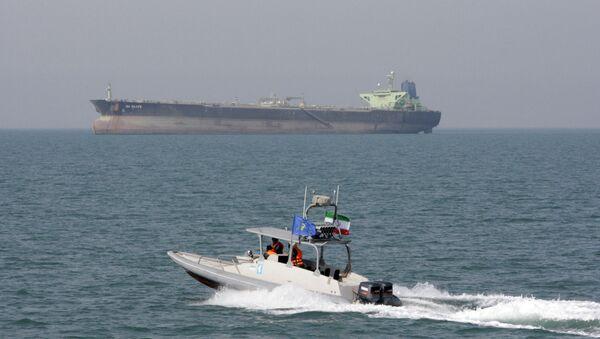 Глисер Иранске револуционарне гарде прилази танкеру у Персијском заливу - Sputnik Србија