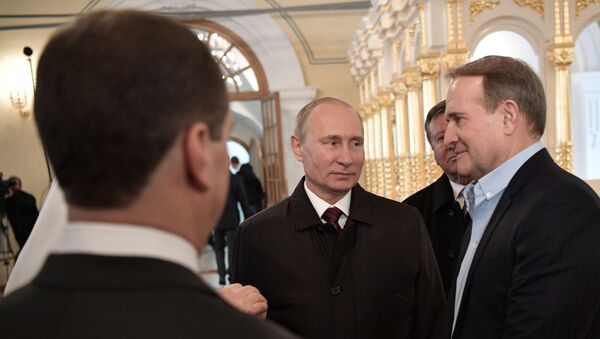 Predsednik Rusije Vladimir Putin i predstavnik Ukrajine za humanitarna pitanja kontakt-grupe Viktor Medvedčuk - Sputnik Srbija