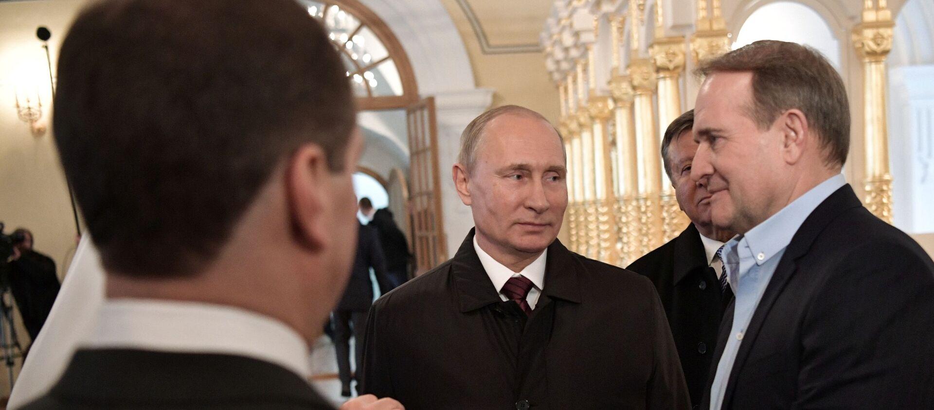 Predsednik Rusije Vladimir Putin i predstavnik Ukrajine za humanitarna pitanja kontakt-grupe Viktor Medvedčuk - Sputnik Srbija, 1920, 01.02.2021