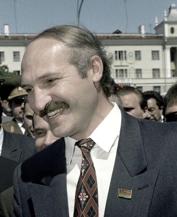 Osmeh pobednika: Aleksandar Lukašenko razgovara sa biračima na ulici u Minsku, 20. jula 1994. godine. - Sputnik Srbija