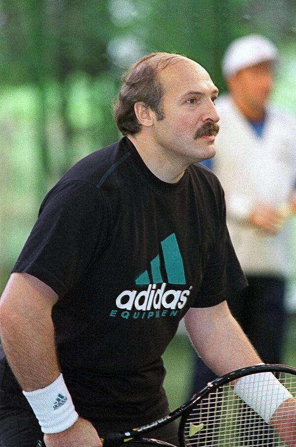 Predsednik Belorusije Aleksandar Lukašenko na teniskom terenu 1995. godine. - Sputnik Srbija