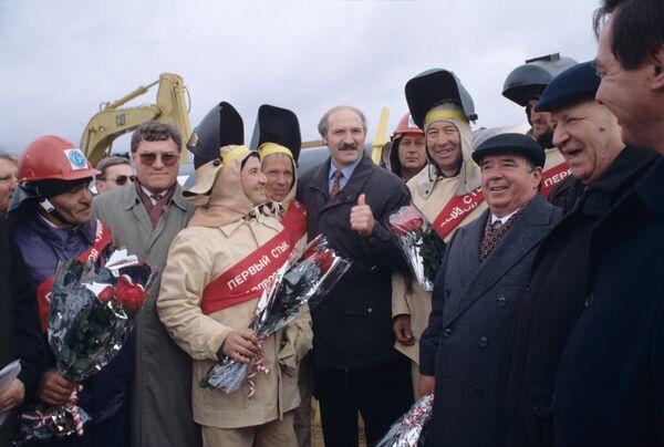 """Aleksandar Lukašenko, predsednik Belorusije, na otvaranju prvog dela gasovoda """"Jamal—Evropa"""" na beloruskoj teritoriji 1996. godine. - Sputnik Srbija"""