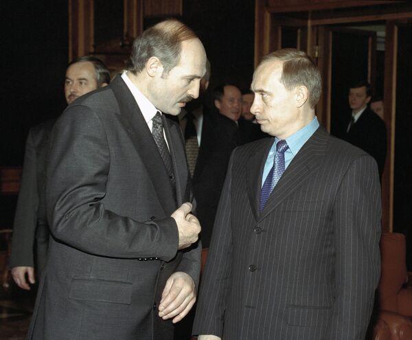 Prvi sastanak Vladimira Putina i Aleksandra Lukašenka u Moskvi 1999. godine. - Sputnik Srbija
