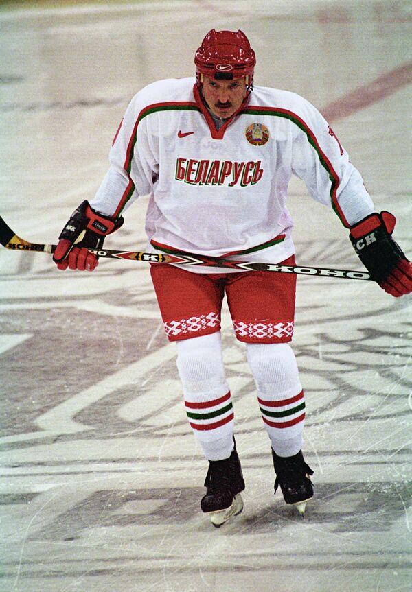 Aleksandar Lukašenko tokom hokejaškog meča protiv ekipe moskovske vlade 2003. godine. - Sputnik Srbija