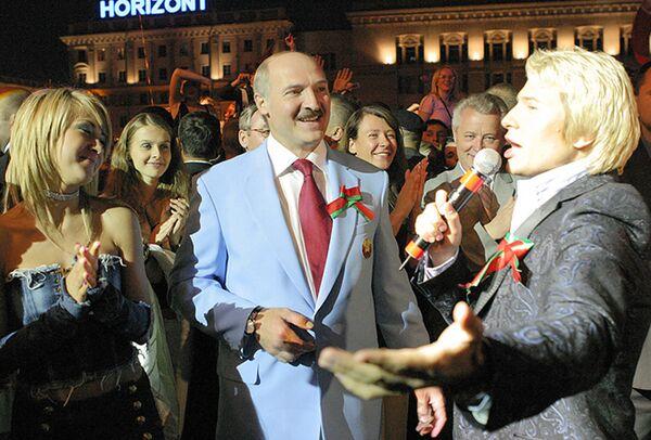 Aleksandar Lukašenko na prazničnom koncertu 3. jula 2005. godine. - Sputnik Srbija