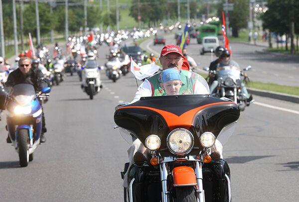 "Aleksandar Lukašenko na paradi bajkera ""Minsk 2009"". - Sputnik Srbija"