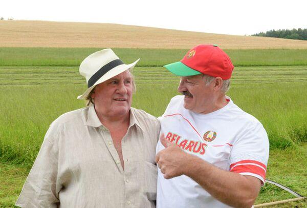 Žerar Depardje i Aleksandar Lukašenko na kosidbi. - Sputnik Srbija