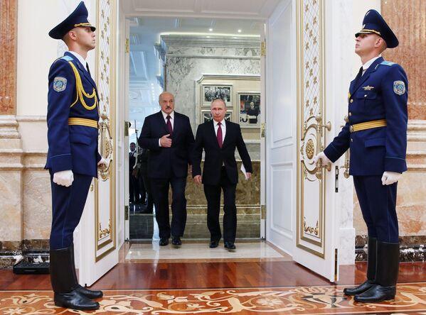 Vladimir Putin i Aleksandar Lukašenko na sednici Višeg državnog saveta Rusije i Belorusije u Minsku. - Sputnik Srbija