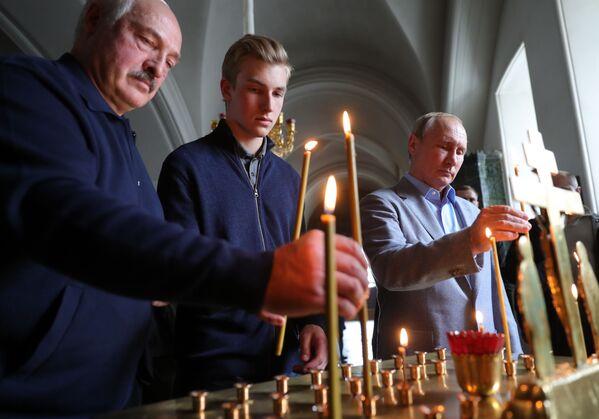 Aleksandar i Nikolaj Lukašenko i Vladimir Putin u manastiru Varlam. - Sputnik Srbija
