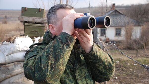 Припадник батаљона Сенка на линији разграничења у Луганској области  - Sputnik Србија