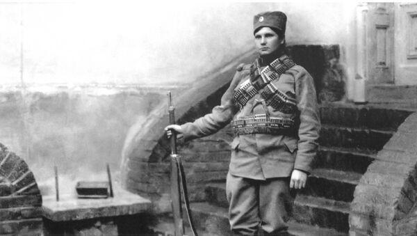 Milunka se kao dobrovoljac za učešće u Prvom balkanskom ratu prijavila kao Milun Savić. Njen identitet otkriven je tek godinu dana kasnije, kada je ranjena u grudi. - Sputnik Srbija