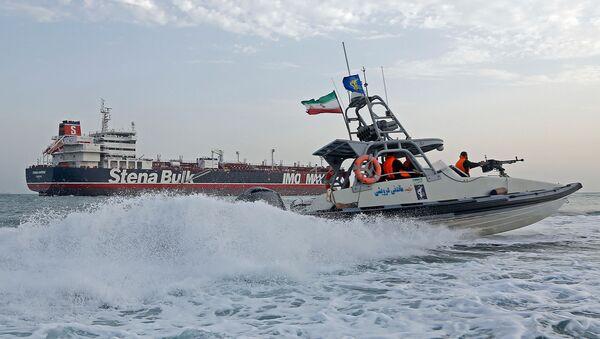 Патролни брод иранске Револуционарне гарде патролира око британског танкера Стена Имперо. - Sputnik Србија