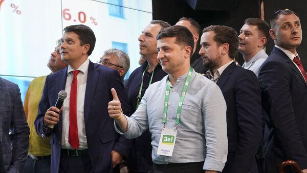 Владимир Зеленски са својим предизборним тимом у Кијеву - Sputnik Србија