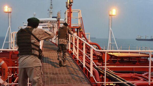 Vojnici Iranske garde ulaze na britanski tanker - Sputnik Srbija