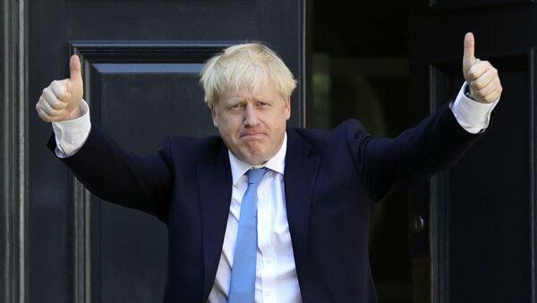 Борис Џонсон испред седишта Конзервативне партије након званичног објављивања резултата гласања. 160 000 чланова Конзервативне партије изабрало је Џонсона за партијског лидера. - Sputnik Србија