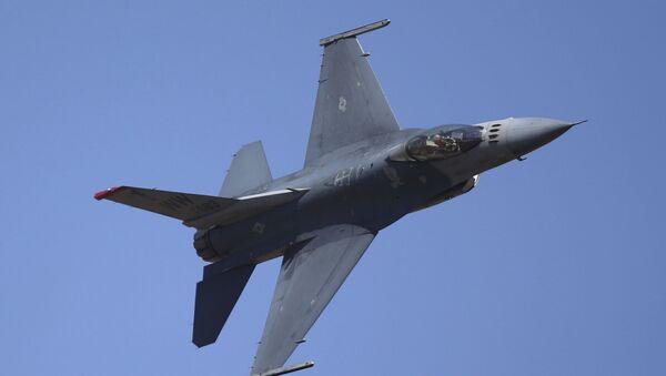 Амерички ловац Ф-16 изводи акробације - Sputnik Србија