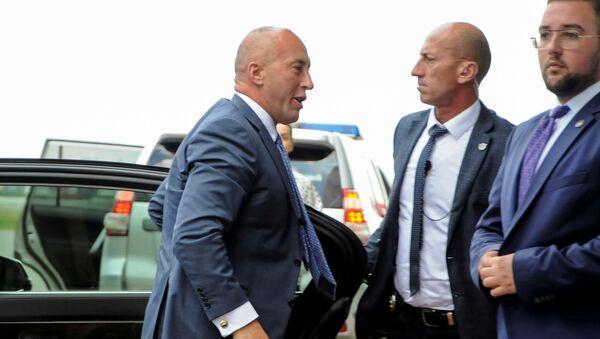 Bivši premijer privremenih institucija u Prištini Ramuš Haradinaj na prištinskom aerodromu pre odlaska u Hag - Sputnik Srbija
