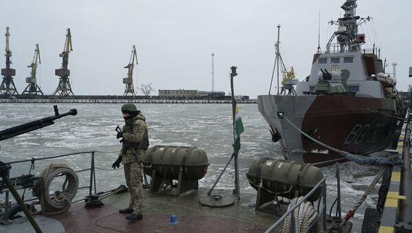 Ukrajinski vojnik pored patrolnog broda u luci Mariupolj - Sputnik Srbija