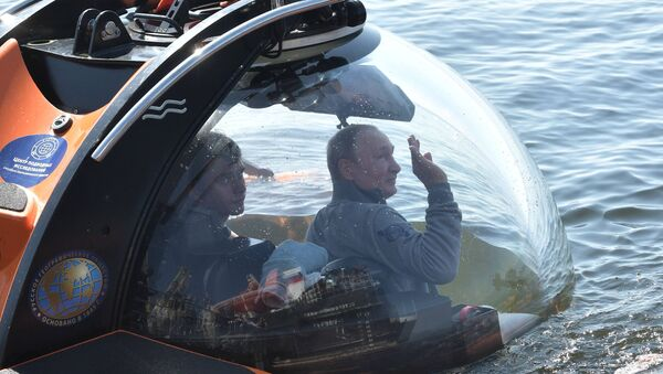 Председник Русије Владимир Путин за време спуштања батискафом на дно Финског залива - Sputnik Србија