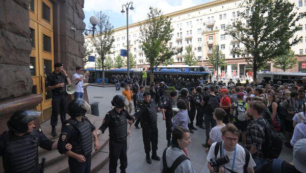 Pripadnici policije blokiraju ulicu u kojoj je zgrada gradske uprave na protestu opozicije u Moskvi - Sputnik Srbija