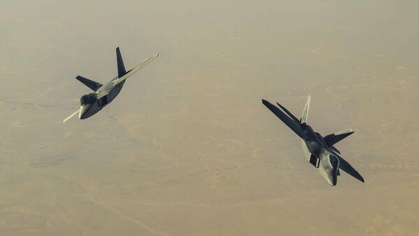 Dva američka vojna aviona F-22 Raptor tokom misije u Siriji - Sputnik Srbija