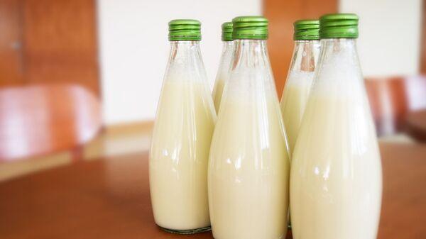 Млеко у стакленим боцама - Sputnik Србија