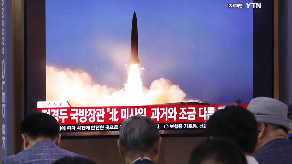 Ljudi gledaju prenos lansiranja severnokorejske rakete - Sputnik Srbija