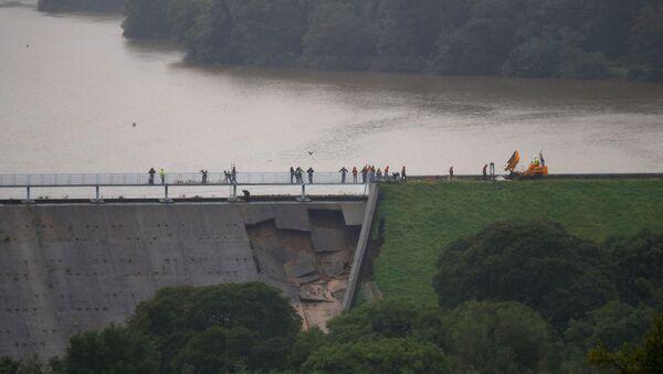 Напрсла брана на реци у близини града Вејли Бриџ у Енглеској - Sputnik Србија