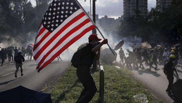 Demonstrant u Hongkongu s američkom zastavom - Sputnik Srbija