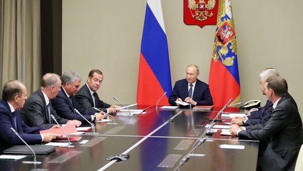Председник Русије Владимир Путин и премијер Дмитриј Медведев на састанку Савета безбедности Русије - Sputnik Србија