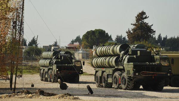 Зенитно-ракетный комплекс С-400 во время заступления на боевое дежурство на российской авиабазе Хмеймим для обеспечения безопасности полетов российской авиагруппы в Сирии - Sputnik Србија