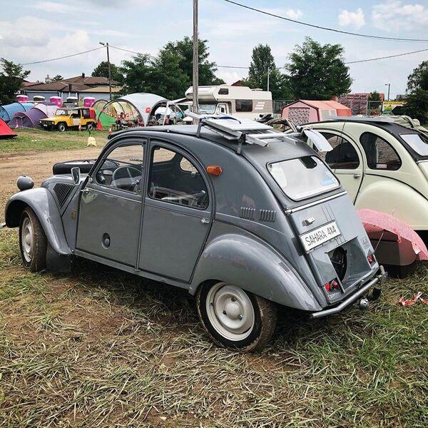 """""""Spaček"""" se proizvodio neprekidno pune 42 godine – od 7. oktobra 1948, kada je predstavljen svetskoj javnosti na sajmu automobila u Parizu, pa sve do 27. jula 1990. godine, kada su zaustavljene poslednje proizvodne trake modela """"Sitroen 2CV"""" u portugalskom gradu Mangualdeu. - Sputnik Srbija"""