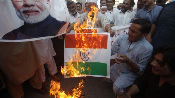 Пакистанци пале заставу Индије на митингу подршке индијском Кашмиру - Sputnik Србија