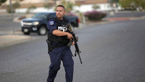 Амерички полицајац испред Волмарта у Ел Пасу. - Sputnik Србија