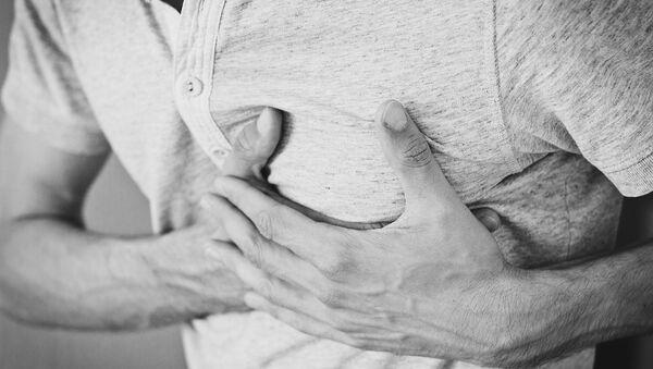 Бол у грудима као предзнак инфаркта је карактеристичнији за мушкарце - Sputnik Србија