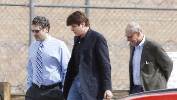 Fotografija snimljena 15. marta 2012. prikazuje Blagojevića (u sredini) u pratnji svojih advokata kako dolazi u federalni zatvor Inglvud u Koloradu kako bi počeo da služi kaznu od 14 godina. - Sputnik Srbija