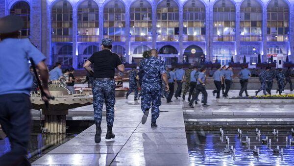 Pripadnici policije tokom sukoba sa pristalicama bivšeg predsednika Kirgistana Almazbeka Atambajeva u Biškeku - Sputnik Srbija