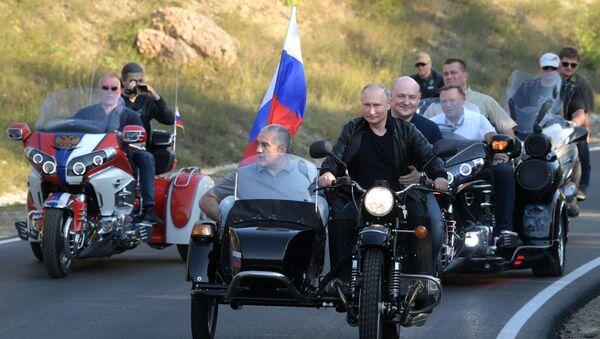 Predsednik Vladimir Putin posetio bajk-šou motokluba Noćni vukovi na Krimu - Sputnik Srbija