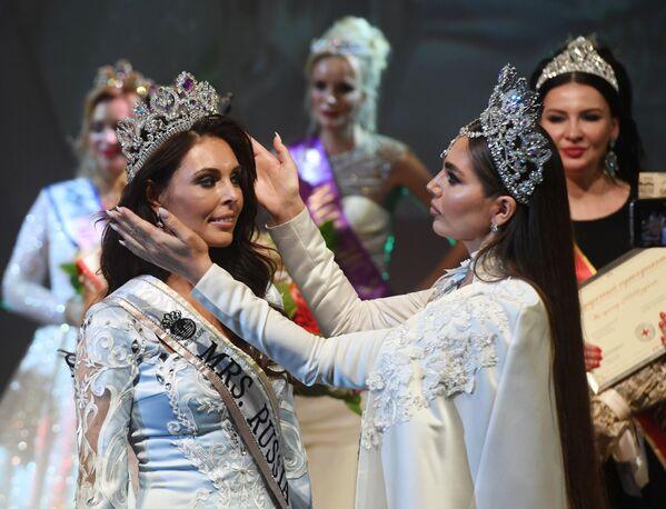 Pobednica u nominaciji Misis Rusije Globe Ksenija Krivko (levo) na ceremoniji nagrađivanja, nakon finala konkursa u Moskvi. - Sputnik Srbija