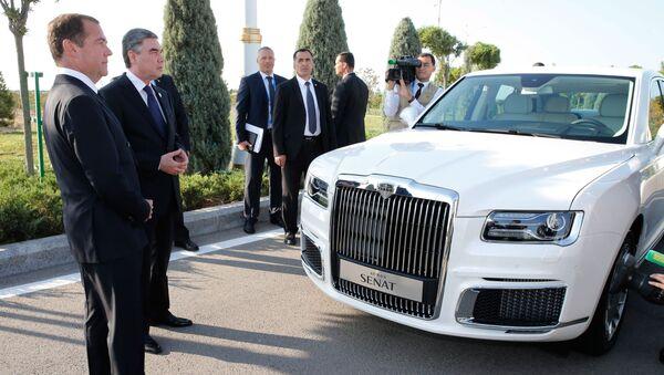 Премијер Русије Дмитриј Медведев и председник Туркменистана Гурбангули Бердимухамедов поред аутомобила Аурус сенат - Sputnik Србија