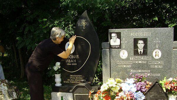 Гораждевац: Мајка Ивана Јовића, који је убијен на реци Бистрици 13. августа 2003. године, на његовом гробу  - Sputnik Србија